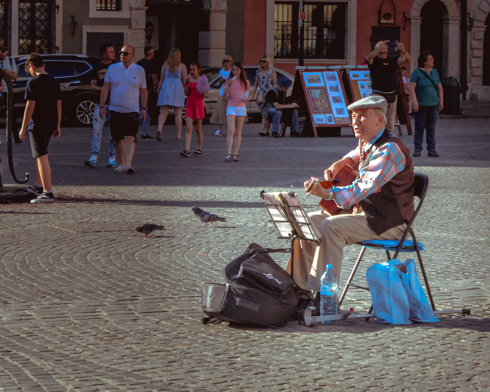 Man painting at the Main Square